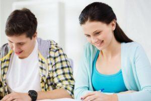 Bild von zwei Teilnehmern bei einer schriftlichen AEVO-Prüfung