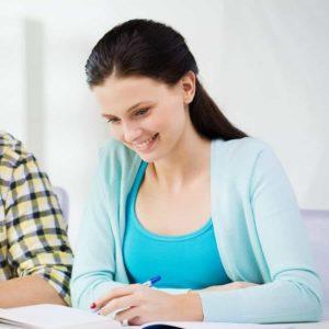 Bild von zwei Personen bei einer schriftlichen AEVO-Prüfung